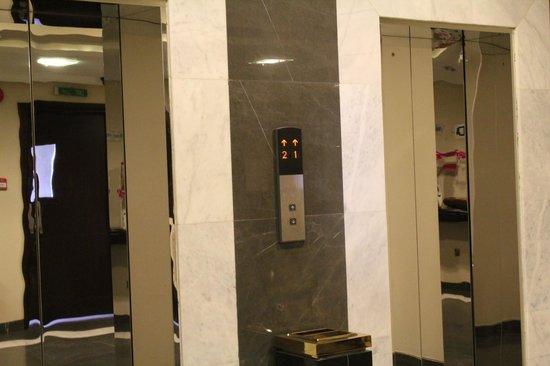 Monroe Hotel: elevators