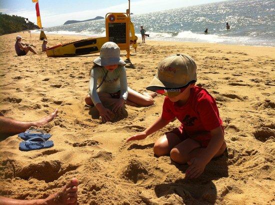 أون ذا بيتش هوليداي أبارتمينتس: The patrolled beach out front