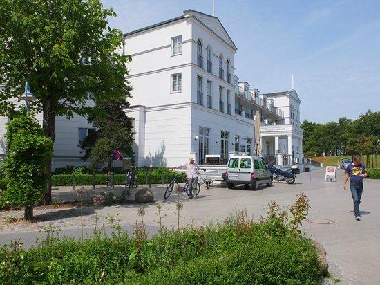 Steigenberger Strandhotel und Spa: Devant l'entrée !