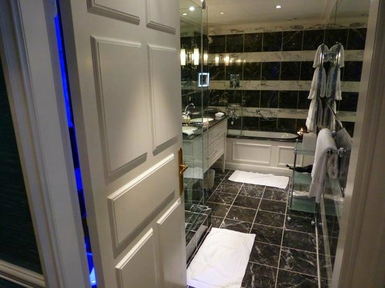 Hotel d'Angleterre: Bathroom with separate shower