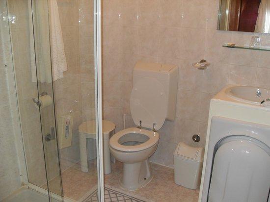 Hotel Aurora : clean and modern bathroom