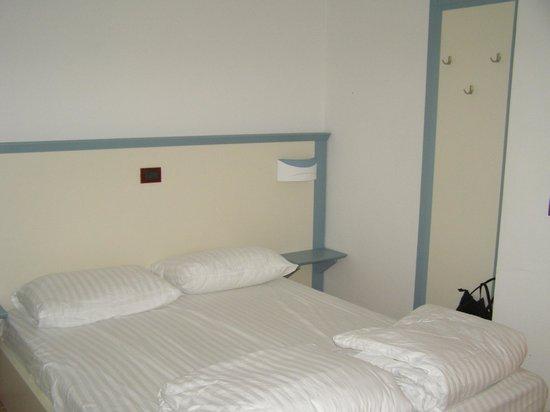 Aparthotel del Mar: le lit double dans l'entrée , coin du lit a 20cm de la porte d'entrée