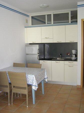 Aparthotel del Mar: kitchnette et table de salle à manger dans le séjour