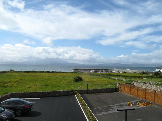 Freeport House Bed & Breakfast: Galway bay over the car park from the room