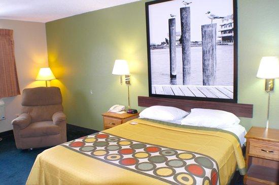 Super 8 Chesapeake : One Queen Bed