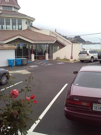 Pacifica Beach Hotel: Supposed Ocean-View...Hello people eating...