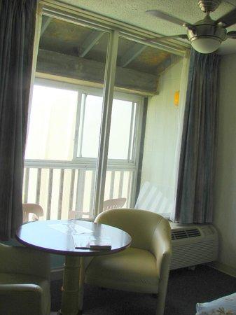 Islander Motel: Dining area in room