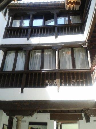 Hotel Casa del Capitel Nazari: interior patio edificio