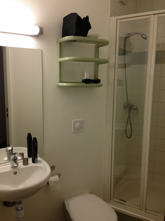 Ibis Budget Paris Porte d'Italie Ouest: Small bathroom.