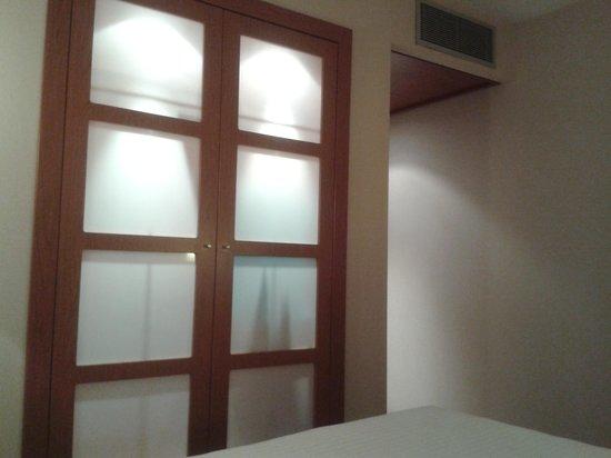 AC Hotel Sevilla Forum: Armario habitación