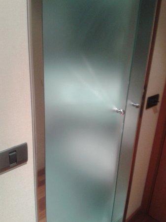 AC Hotel Sevilla Forum: puerta del cuarto de baño