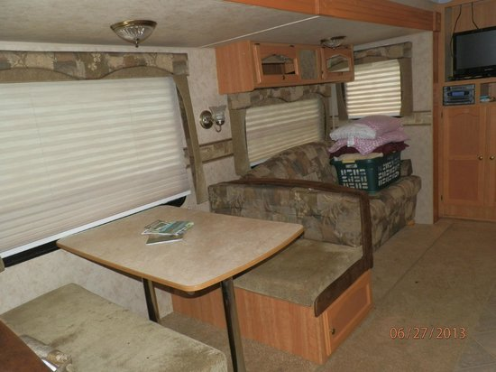 Colonial Woods Campground: Kitchen table