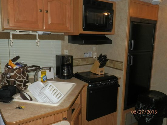 Colonial Woods Campground: Kitchen area