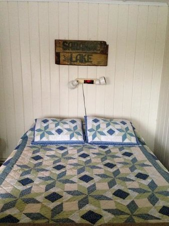 Adirondack Motel: bed