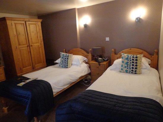 Queens Head Hotel: room 4 twin beds on blocks
