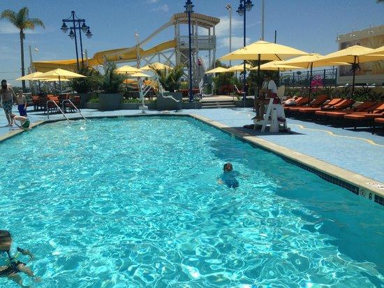 Disney's Paradise Pier Hotel: Pool at 1:30pm
