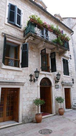 Hotel Marija: Kleiner Platz vor dem Hotel