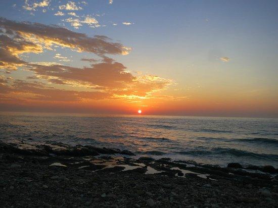 Lan Haixing Chen: 旁邊海灘區日出