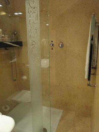 Hotel Fruela: Amplio baño