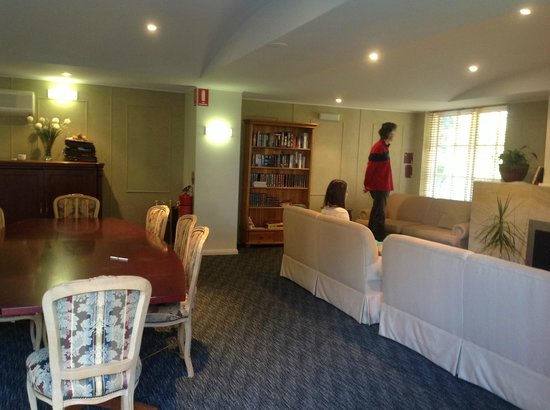 Waldorf Leura Gardens Resort: Common Room: Great to sit and unwind by the fireplace