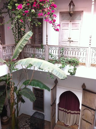 Riad Altair: Riad's courtyard in June
