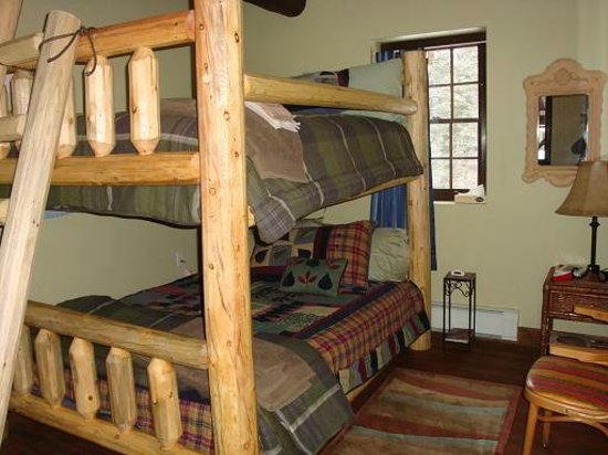 Horseshoe Lodge and Retreat Center: The Trail Lovers room has a queen over queen hand hewn bunk
