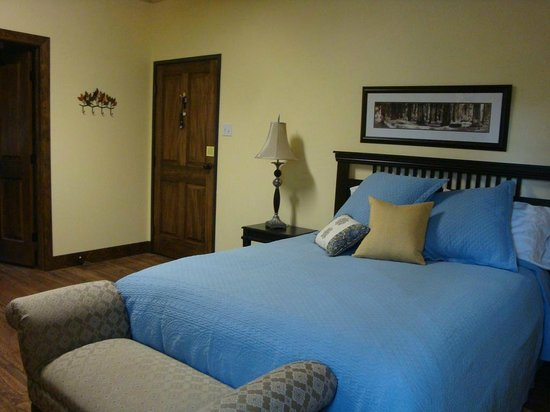 Horseshoe Lodge and Retreat Center: The Swedish Mountain room is very warm and clean and has a fireplace and is affordable