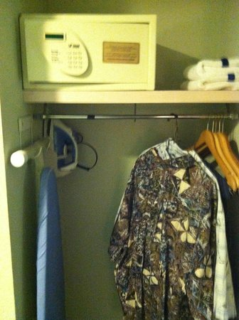 Hutchinson Island Plaza Hotel and Suites: Sufficient Closet Space