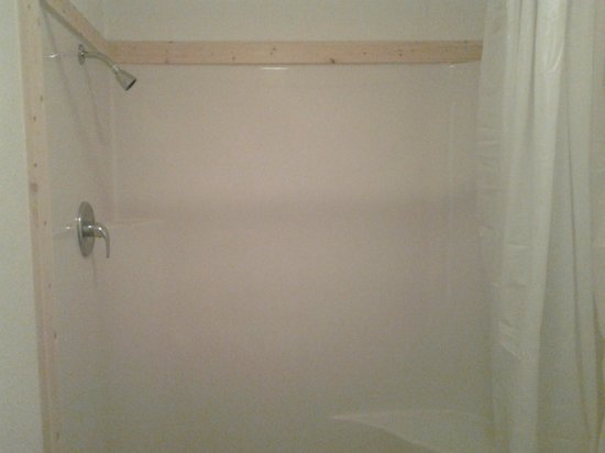 Sunrise Motel: Our roomy 4 foot showers with great water pressure