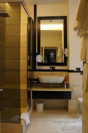 Isa Hotel: Bathroom