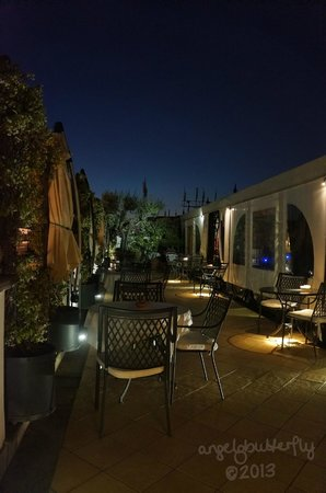 Isa Hotel: Rooftop terrazza at night