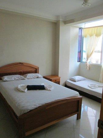Hotel Caravel: Habitacion triple,vista en la segunda calle den malecon