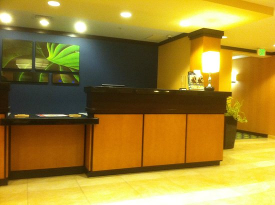 Fairfield Inn & Suites Rockford: The lovely lobby reception area