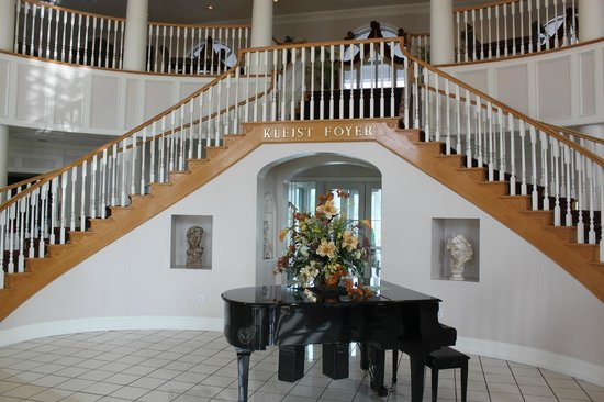 Cumberland Inn and Museum: Grand Piano and Staircase