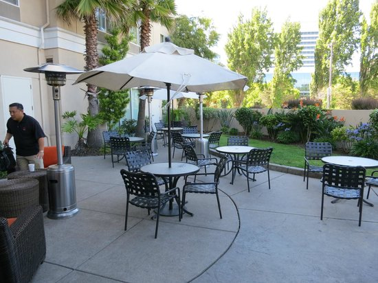 Hilton Garden Inn San Francisco Airport North: Outside patio