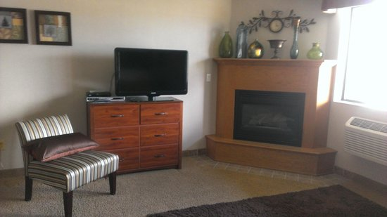 Hampton Inn Kalispell: gas fireplace and flat-screen tv in the living area