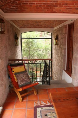 Casa Estrella de la Valenciana: Stairwell to Fiesta Patio and upper suite