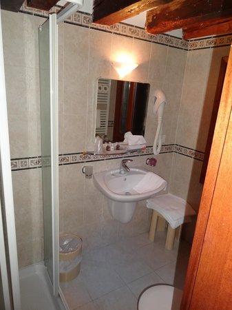 Hotel e Residenza San Maurizio: Chambre 24a - Cabinet de toilette