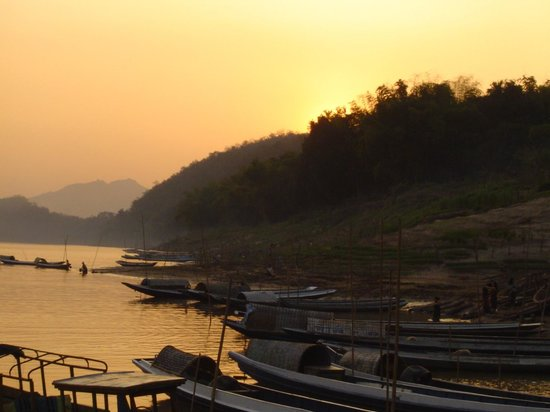Ock Pop Tok Villa : Boats on the riverside in Luang Phrabang