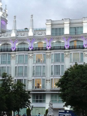 Melia Madrid Princesa: View of the hotel from the square.