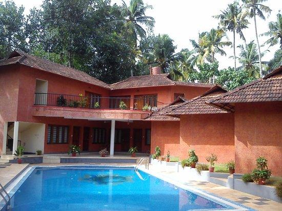 Deshadan Cliff & Beach Resort: Pool side