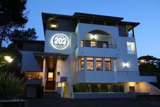 Hotel 202: Façade by night