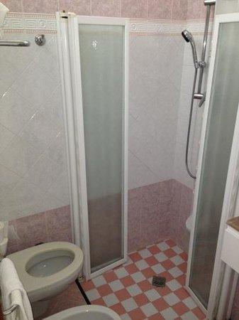 Bagno camera superior con piastrelle versace e doccia con - Piastrelle bagno versace ...