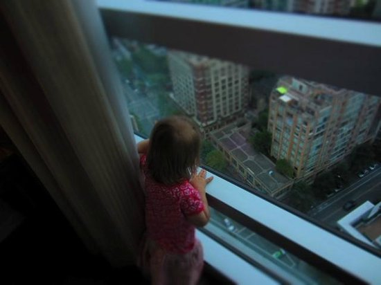 The Westin Grand, Vancouver: Daughter looking outside from 31 stories up
