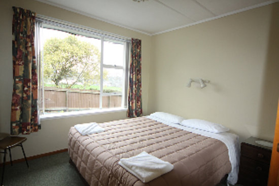 12 White Star Motel: main bedroom has kingsized bed and open outlook