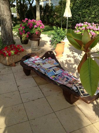 Grupotel Parc Natural & Spa: selection of magazines and books for guests. Nice touch.