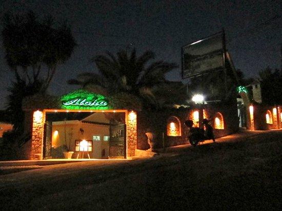 Aloha Hotel: Indgang ved aftentid