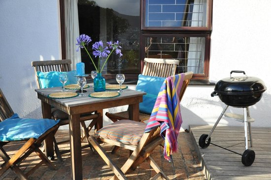 Clovelly Lodge Guest Apartments: Private deck with BBQ
