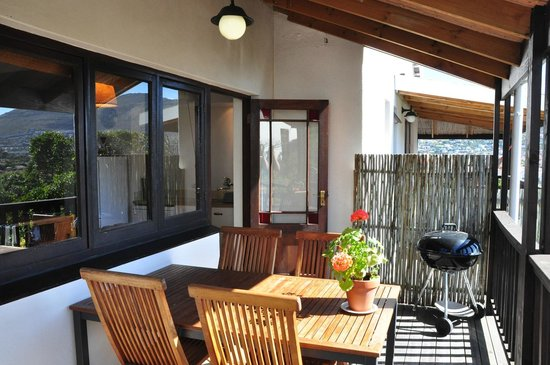 Clovelly Lodge Guest Apartments: Deck