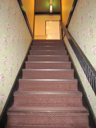 Old Age: ホテル内の階段